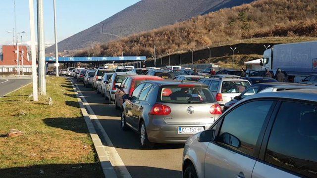 Radhë e gjatë makinash në drejtim të Kosovës, fluks në Morinë